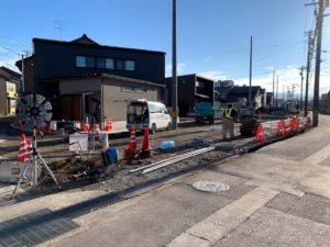 福野中学校前の道を工事中