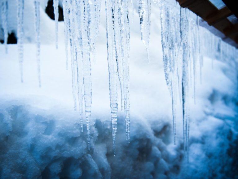 積雪とつらら