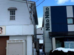 三喜有さんの事務所とニコニコ自動車さんのあいだの道