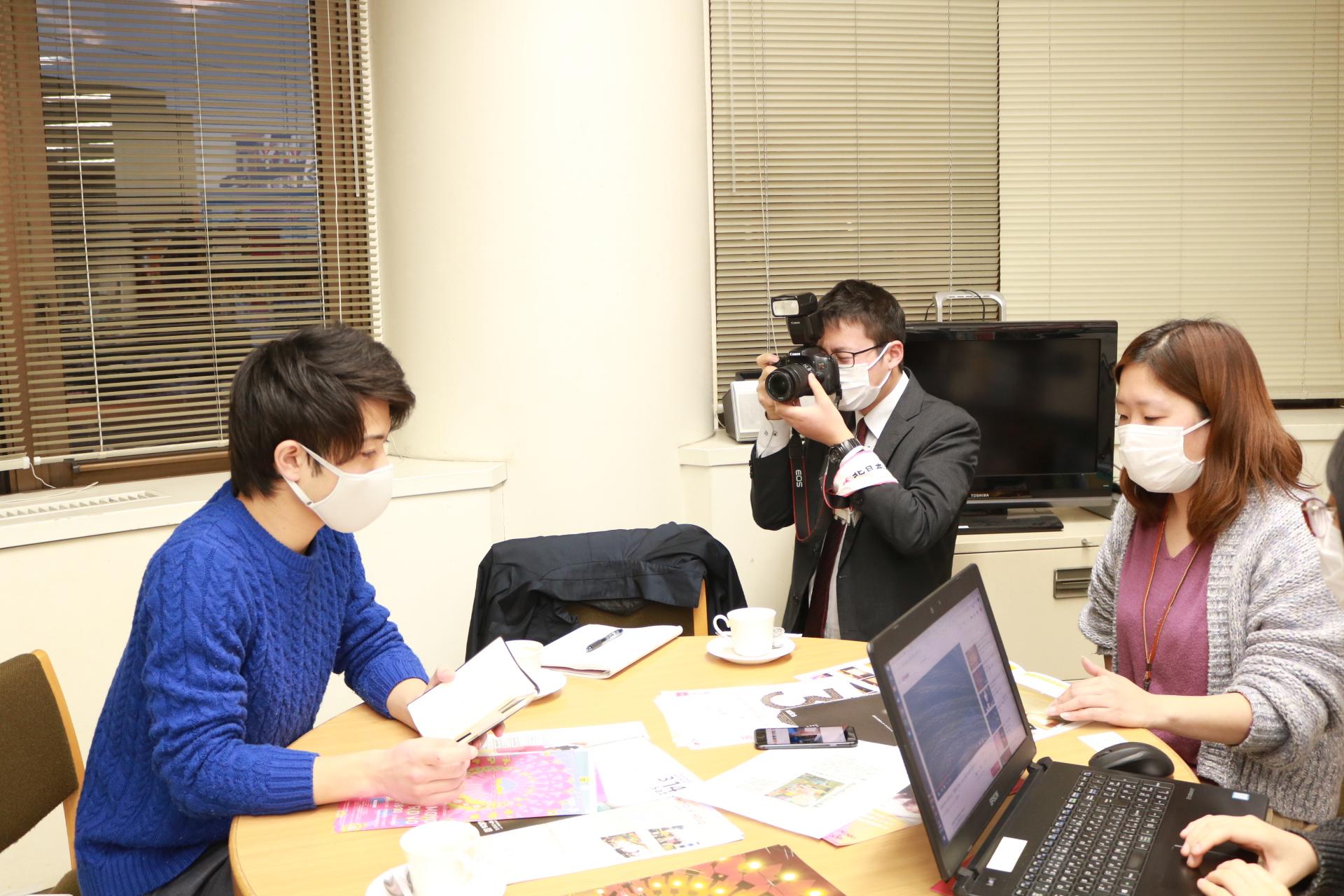 南砺市のローカルメディアふくの~とが北日本新聞社さんから取材を受けています