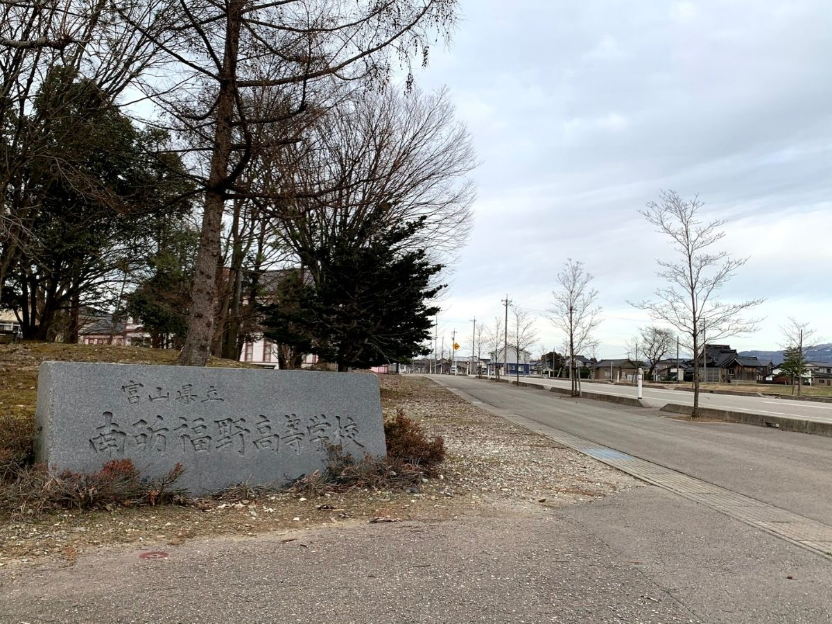 福野高校正門から拡張工事した道の景色