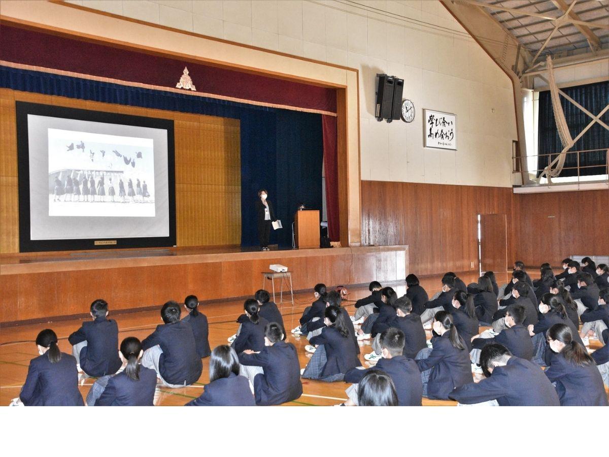 プロジェクトの募集を福野高校生に説明しているところ