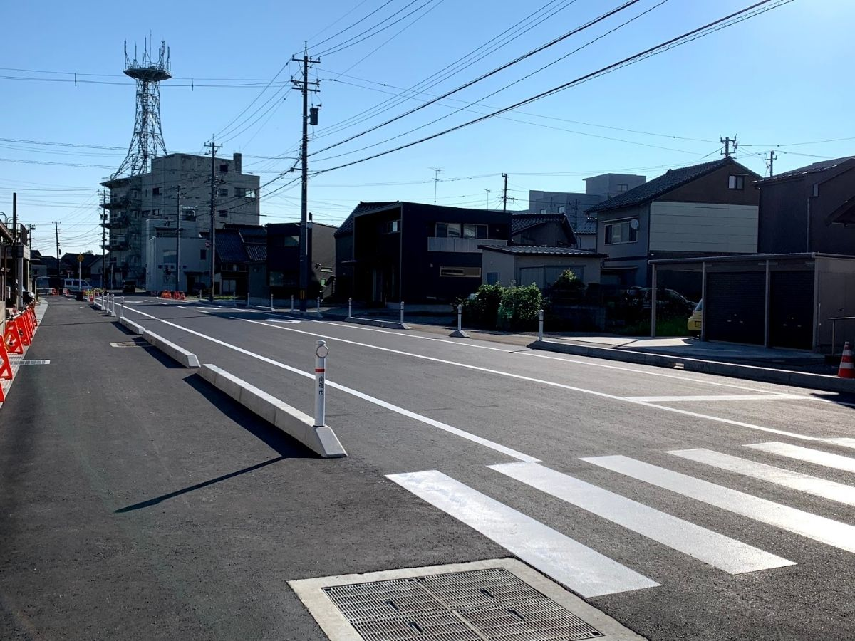 福野中学校から福野駅前までの拡張中の道のきれいになったとこ側