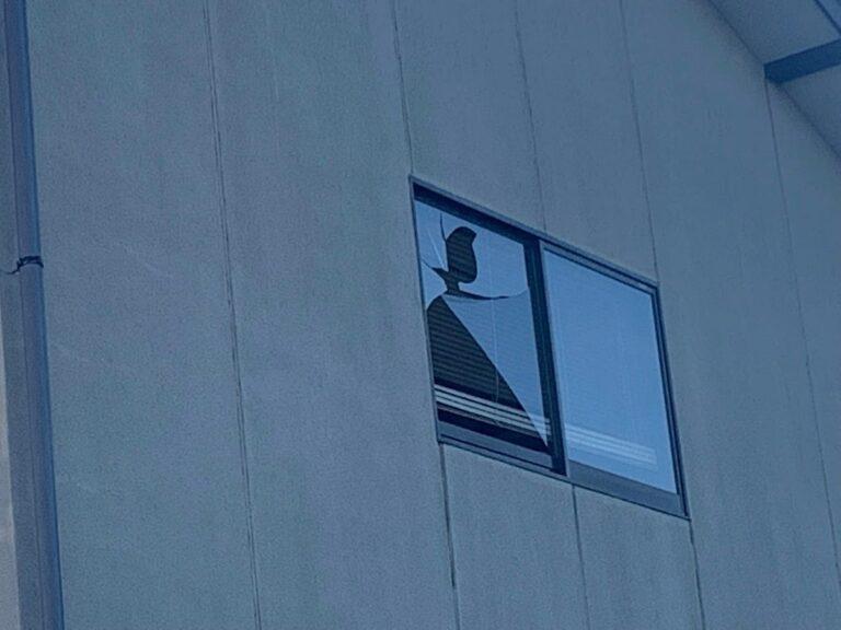 窓ガラスの割れた家3