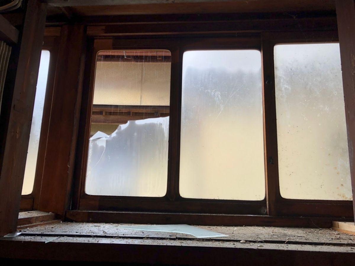 窓ガラスが割れた家2