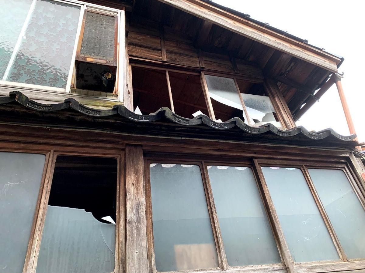 窓ガラスの割れた家1