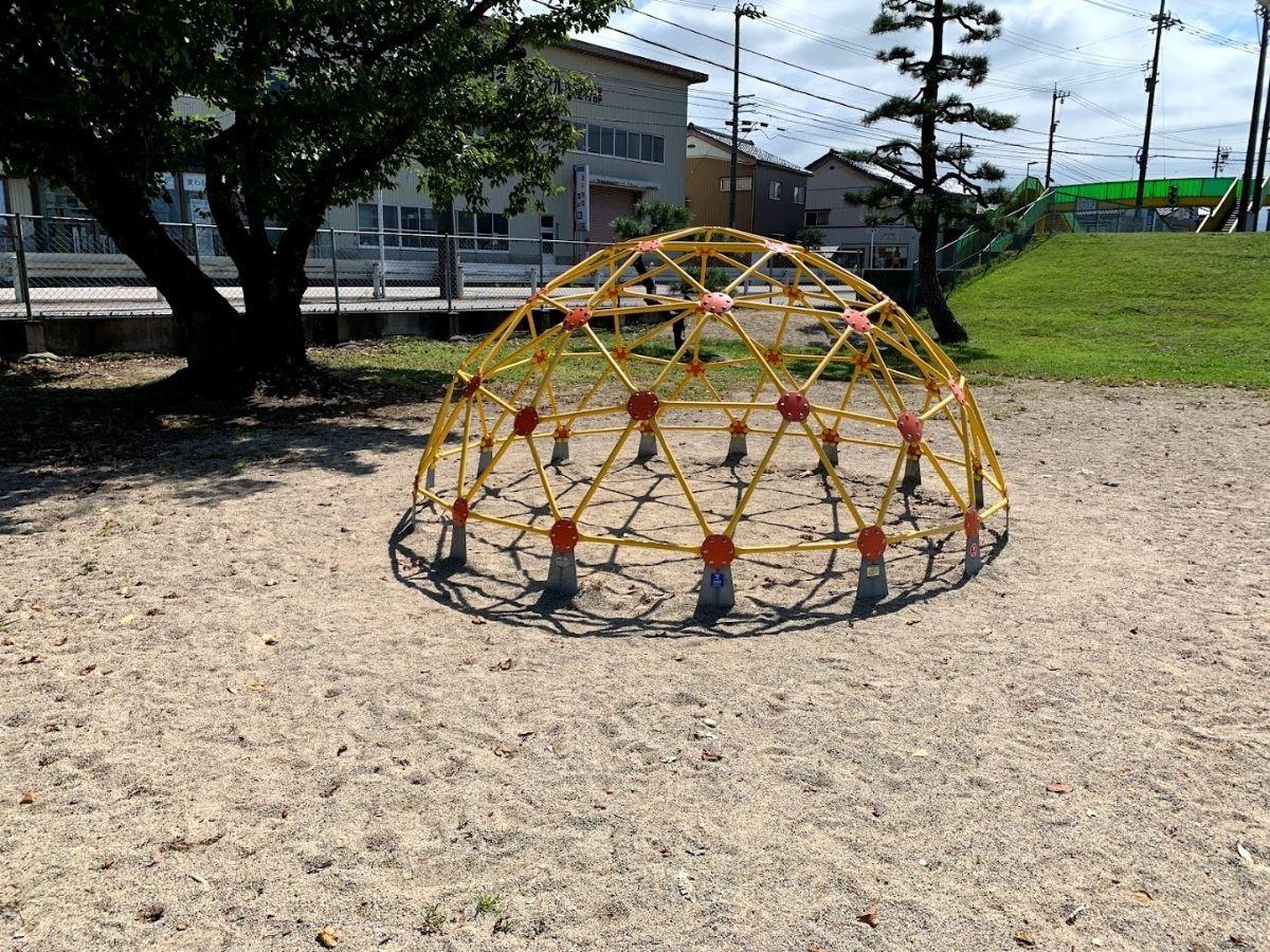 木製遊具の後にできた半球体の遊具