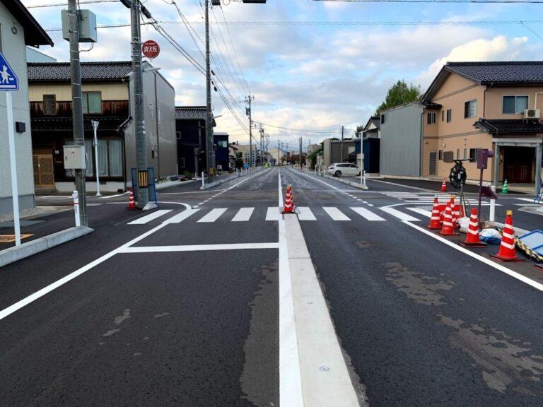 新しくなった福野中学校から駅前までの道