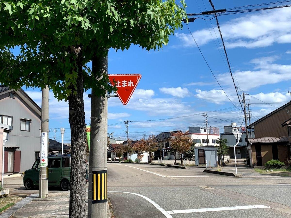 南砺市役所福野庁舎から駅前の道の止まれの標識